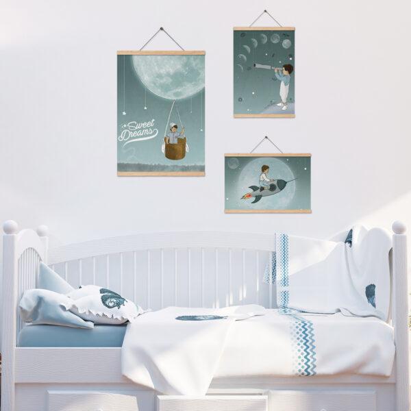 שלושה ציורי ירח תלויים