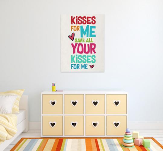 פוסטר נשיקות תלוי בחדר